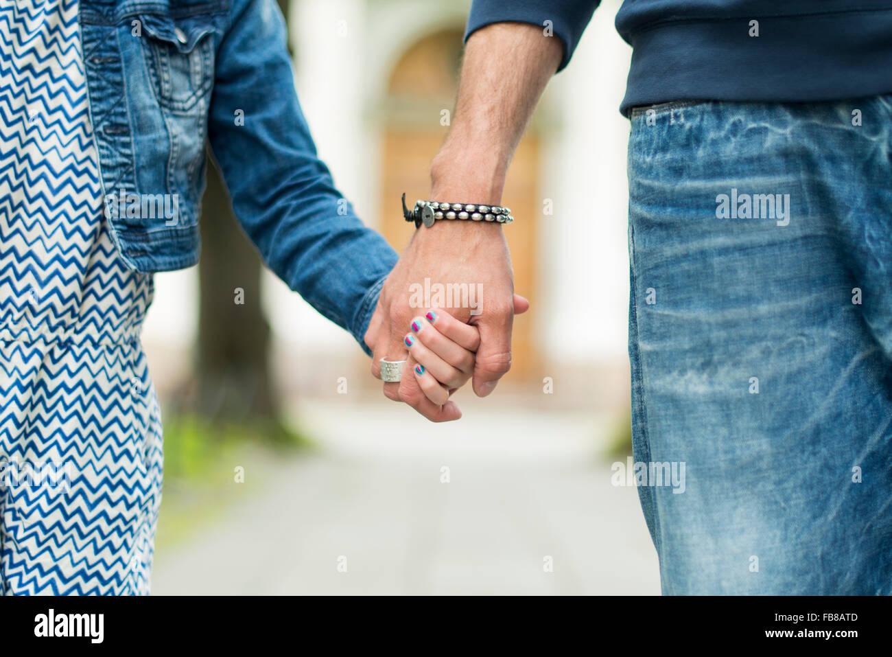La Suède, père et fille (8-9) holding hands Photo Stock