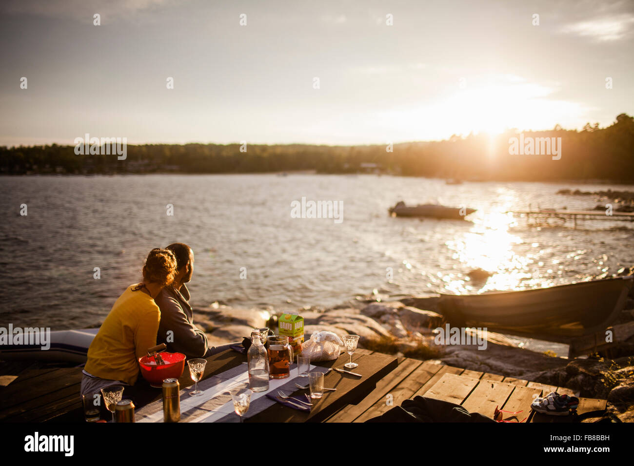 La Suède, Medelpad, Alnon, Couple looking at sunset Photo Stock