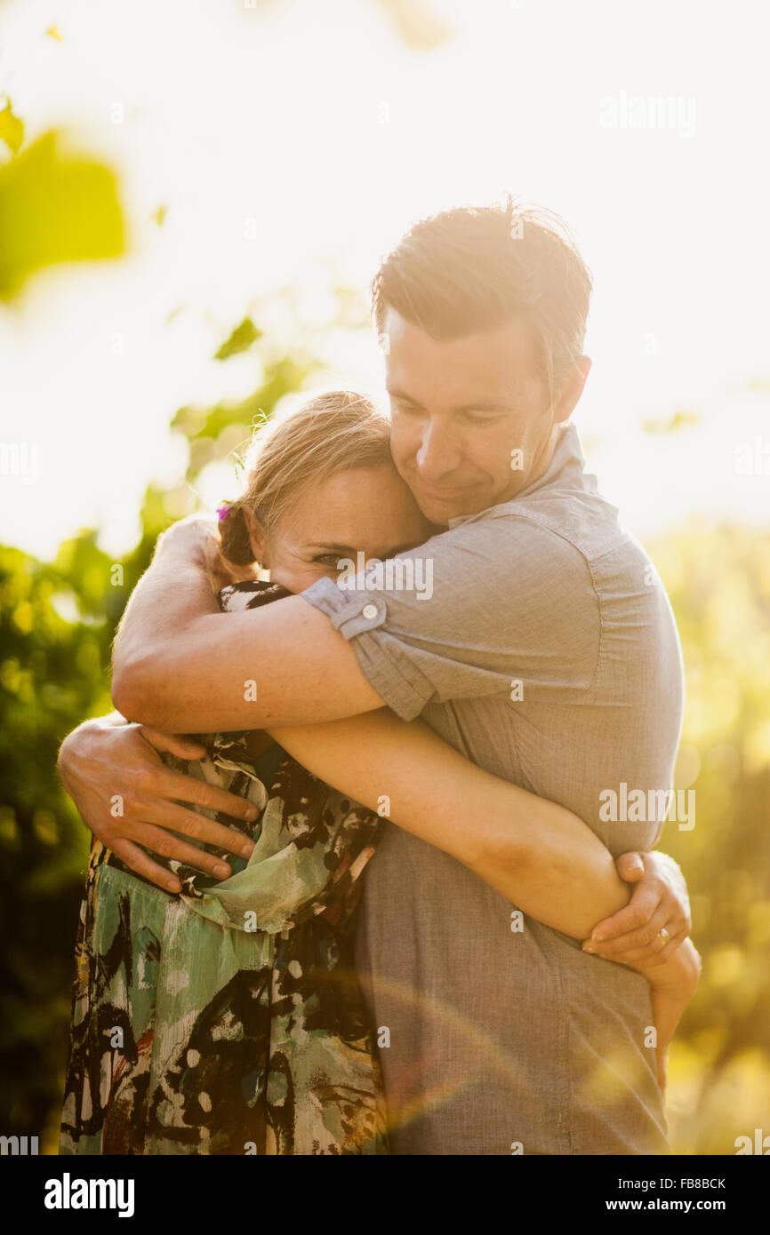 Italie, Toscane, Portrait of mature couple embracing Photo Stock