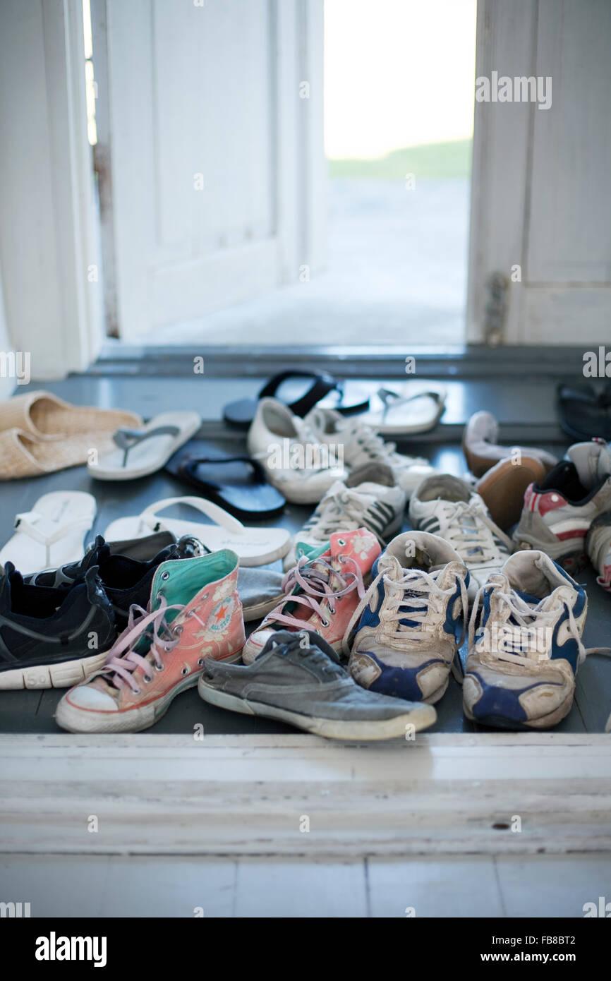 La Suède, Gotland, chaussures dans le couloir Photo Stock