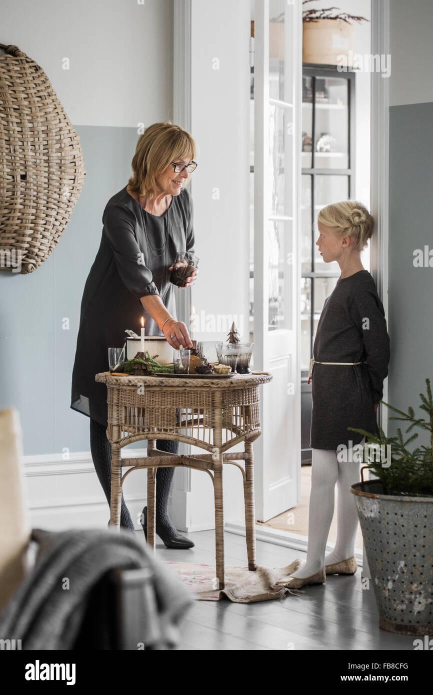 La Suède, la grand-mère avec sa petite-fille (6-7) dans la salle de séjour permanent durant les fêtes Photo Stock