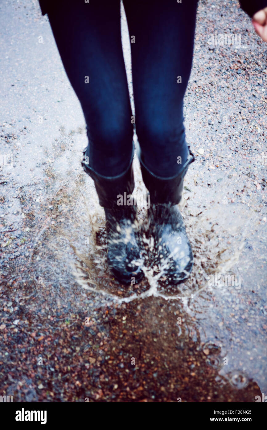 La Suède, l'océan, les jambes de teenage girl (12-13) des éclaboussures d'eau flaque Photo Stock