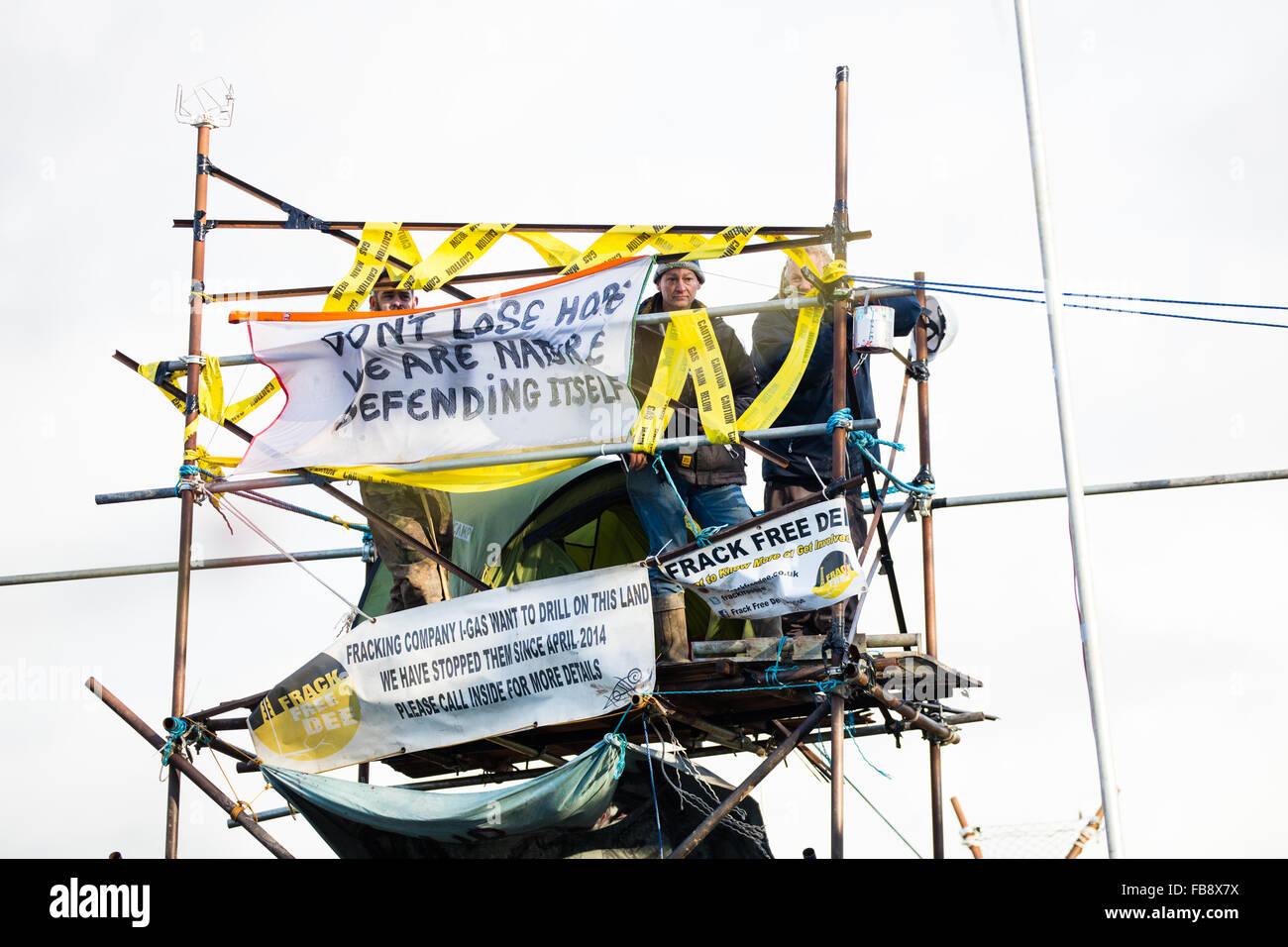 Upton, Cheshire. 12 Jan, 2016. Les manifestants verrouillé sur une tour à Upton camp anti fracturation hydraulique que les huissiers et policemove dans d'expulser le camp Crédit: Jason Smalley / Alamy Live News Banque D'Images