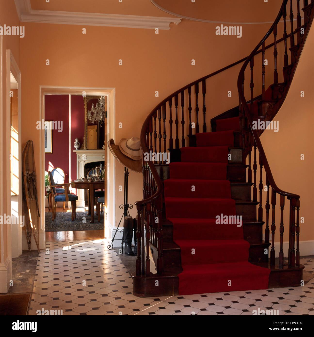 Tapis Rouge Sur L Escalier En Acajou De Balayage Dans Un