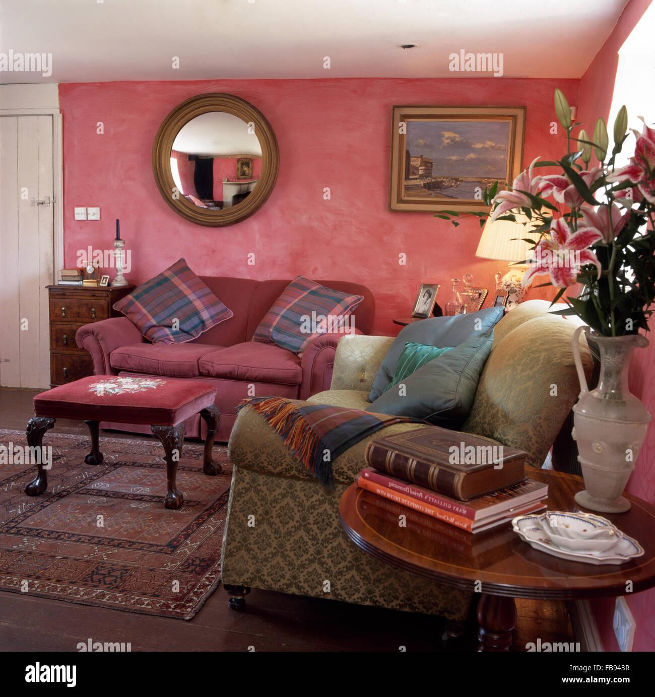 Peinture À L Éponge Sur Mur miroir circulaire au-dessus du canapé dans années 90 rose