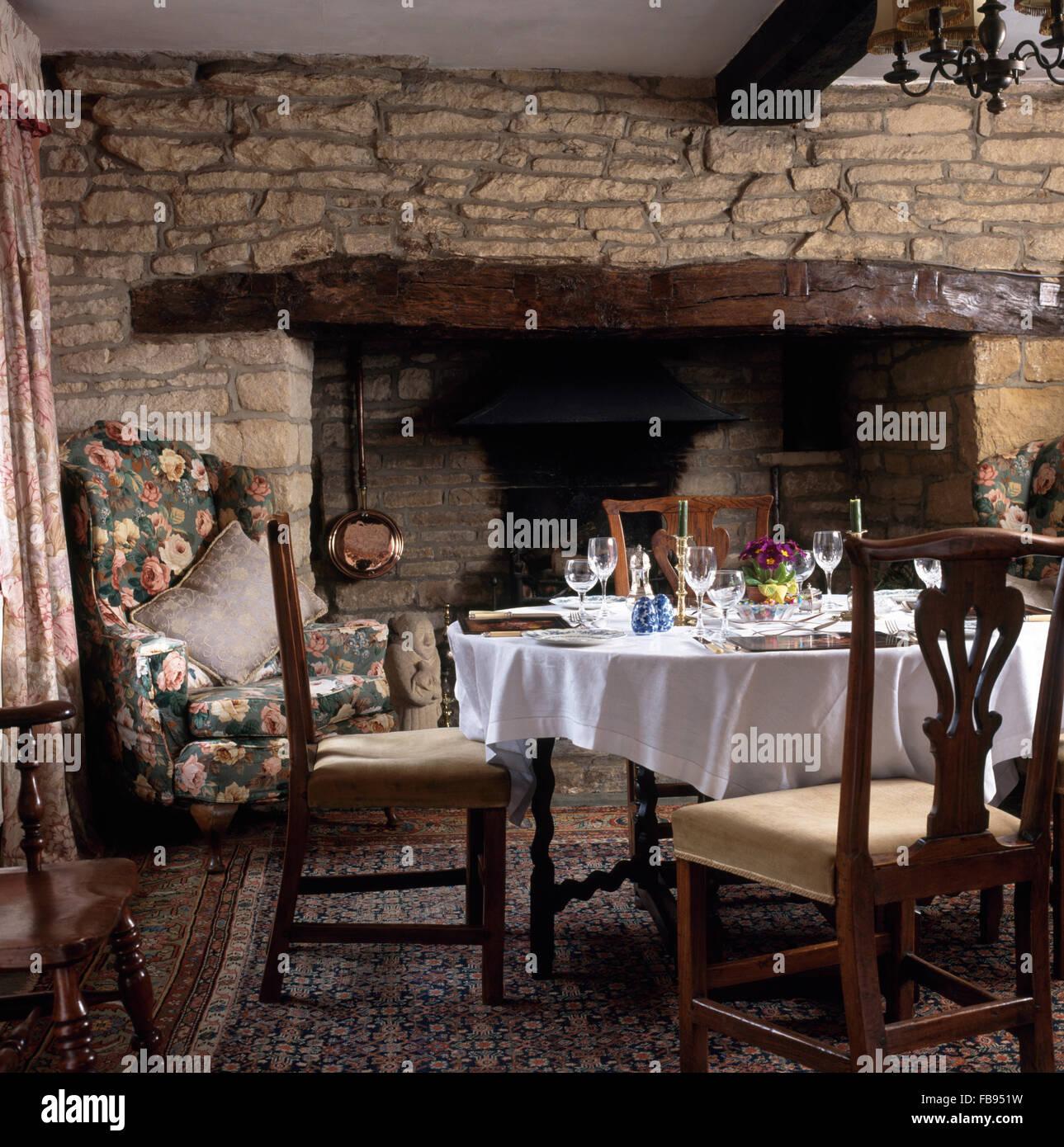 Chaises Vintage à Table Avec Un Linge Blanc Fixé Pour Le Déjeuner Devant  Cheminée Inglenook Cottage Salle à Manger
