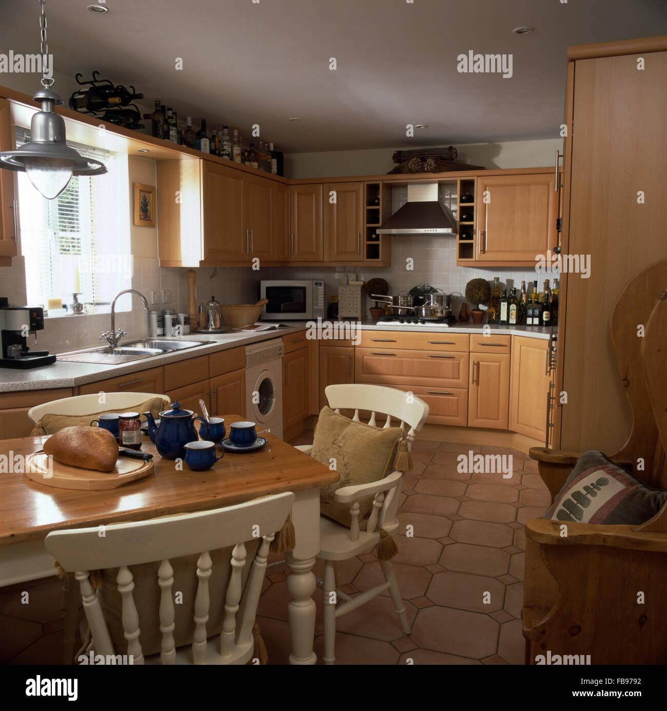 Chaises en bois peint en blanc au tableau dans années 90 cuisine de ...
