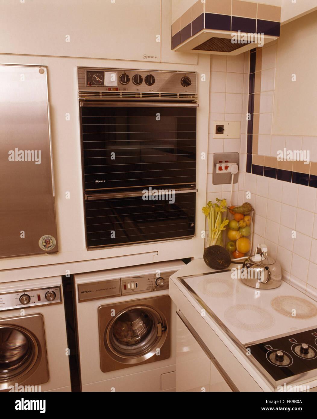 four mural au dessus du lave linge et s che linge dans la petite cuisine des ann es 70 banque d. Black Bedroom Furniture Sets. Home Design Ideas