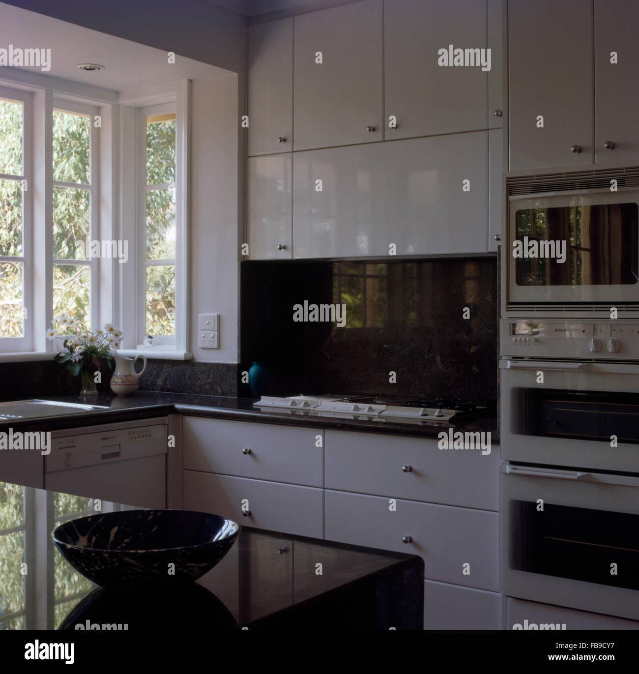 Splash back en marbre noir au-dessus de cuisson dans une cuisine ...