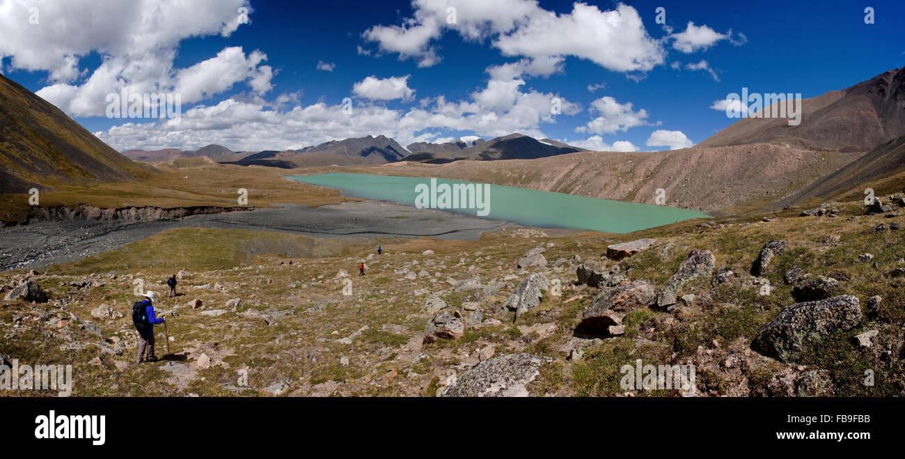 Les randonneurs descendent jusqu'à un lac glaciaire dans le kharkhiraa Turgen Parc National, la Mongolie. Photo Stock