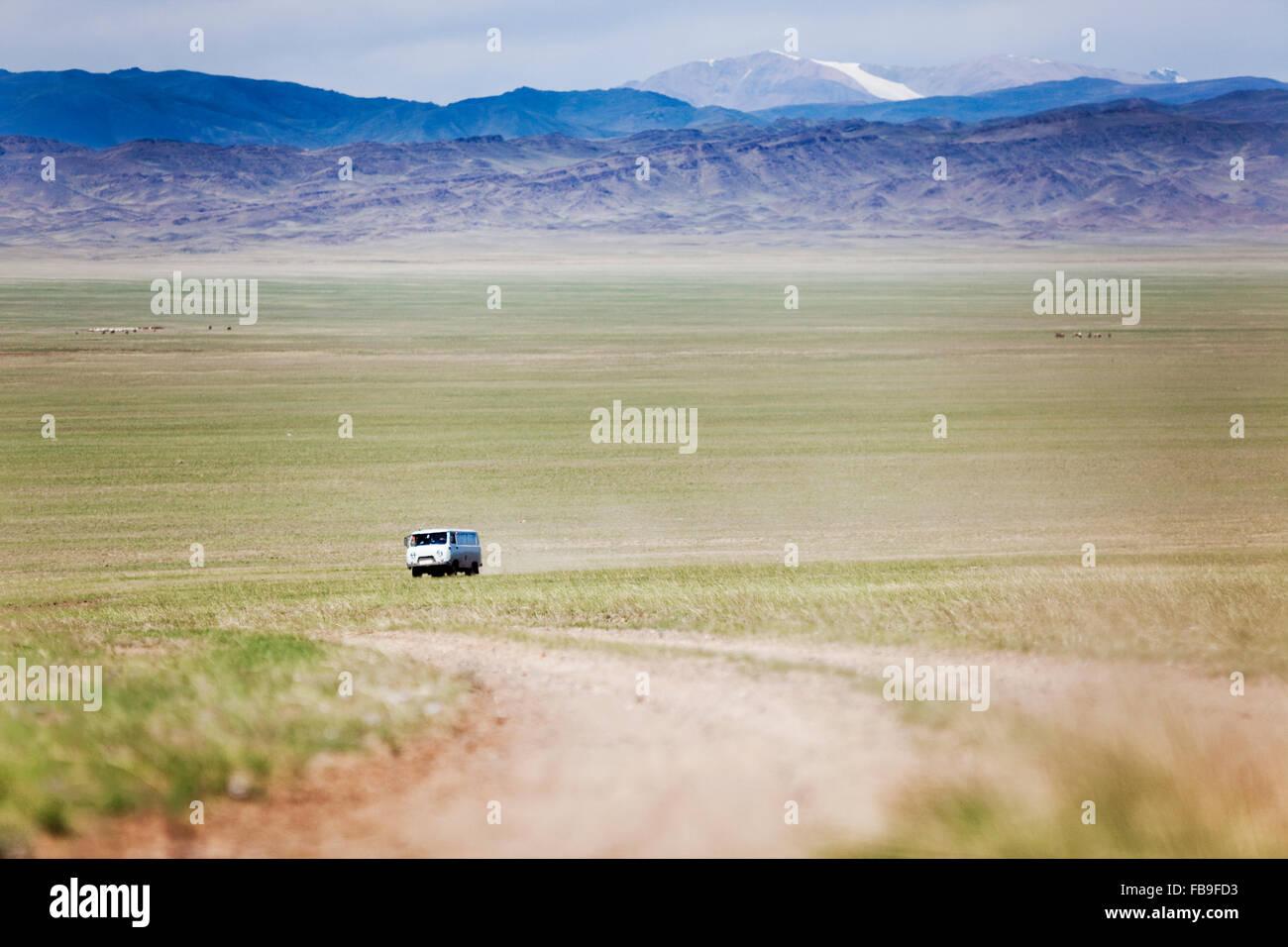 Une fédération de 'Pain' van sur la route à l'extrême ouest de la Mongolie. Photo Stock