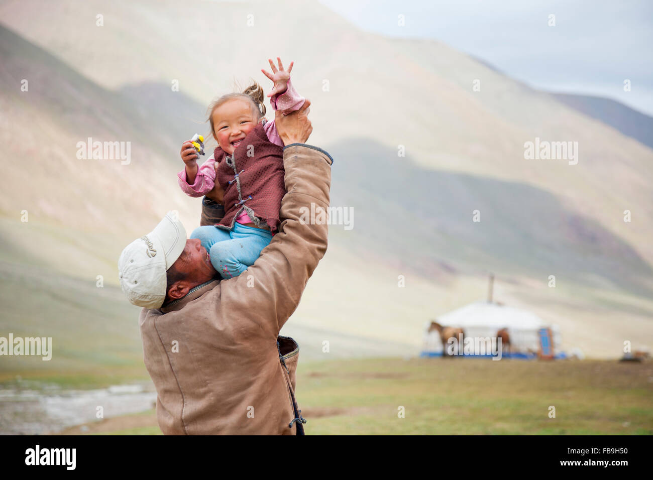 Père et fille partagent un rire Kharkhiraa Turgen Parc National, la Mongolie. Photo Stock