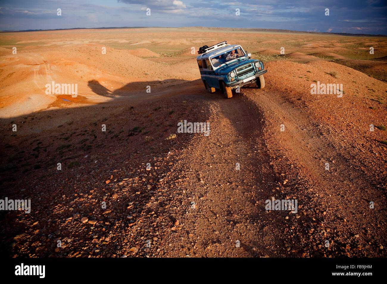 Un 4X4 Russe en action dans le désert de Gobi, en Mongolie. Banque D'Images
