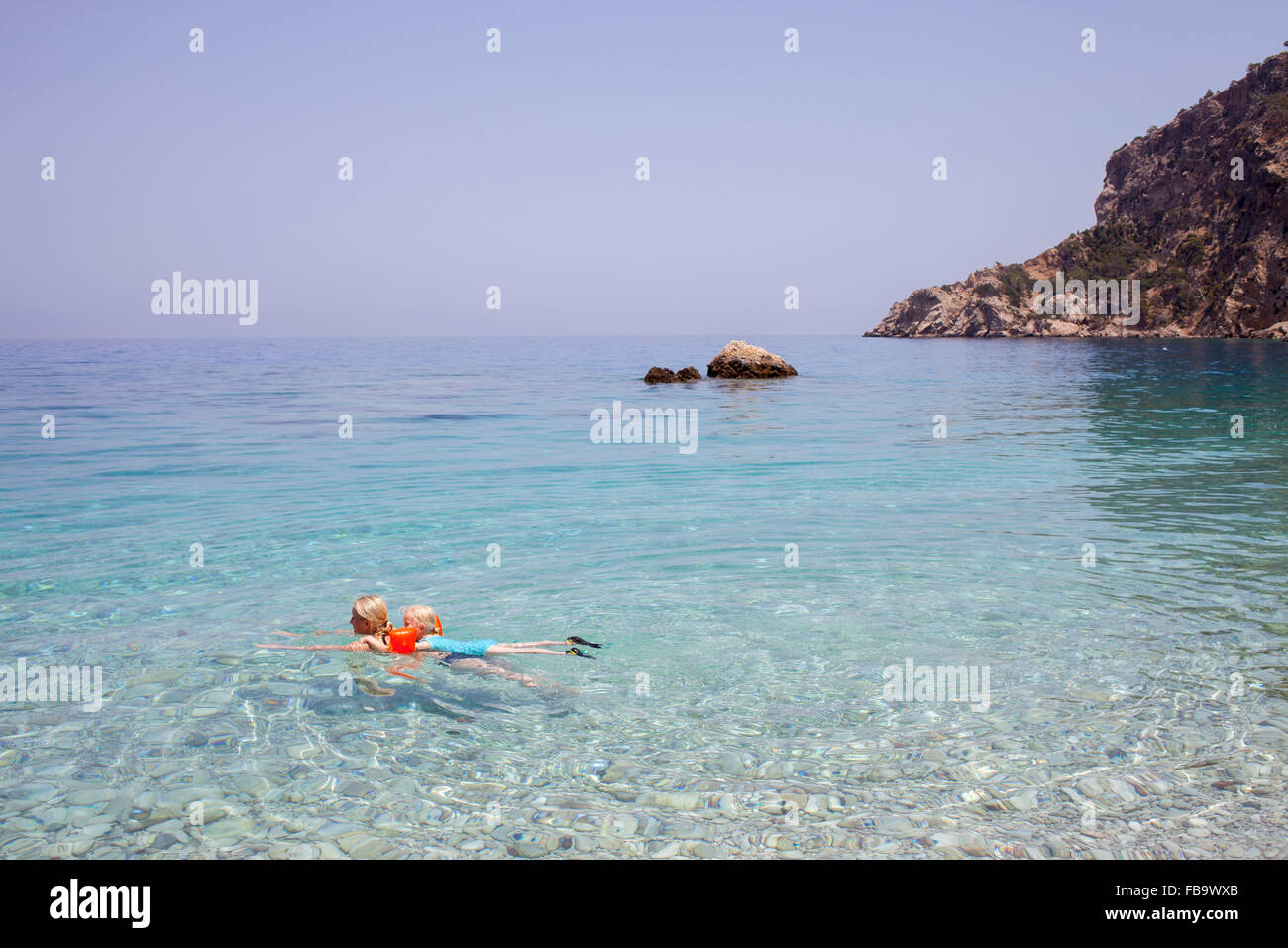 Grèce, Karpathos, Amopi, Woman and girl (6-7) swimming in sea Banque D'Images