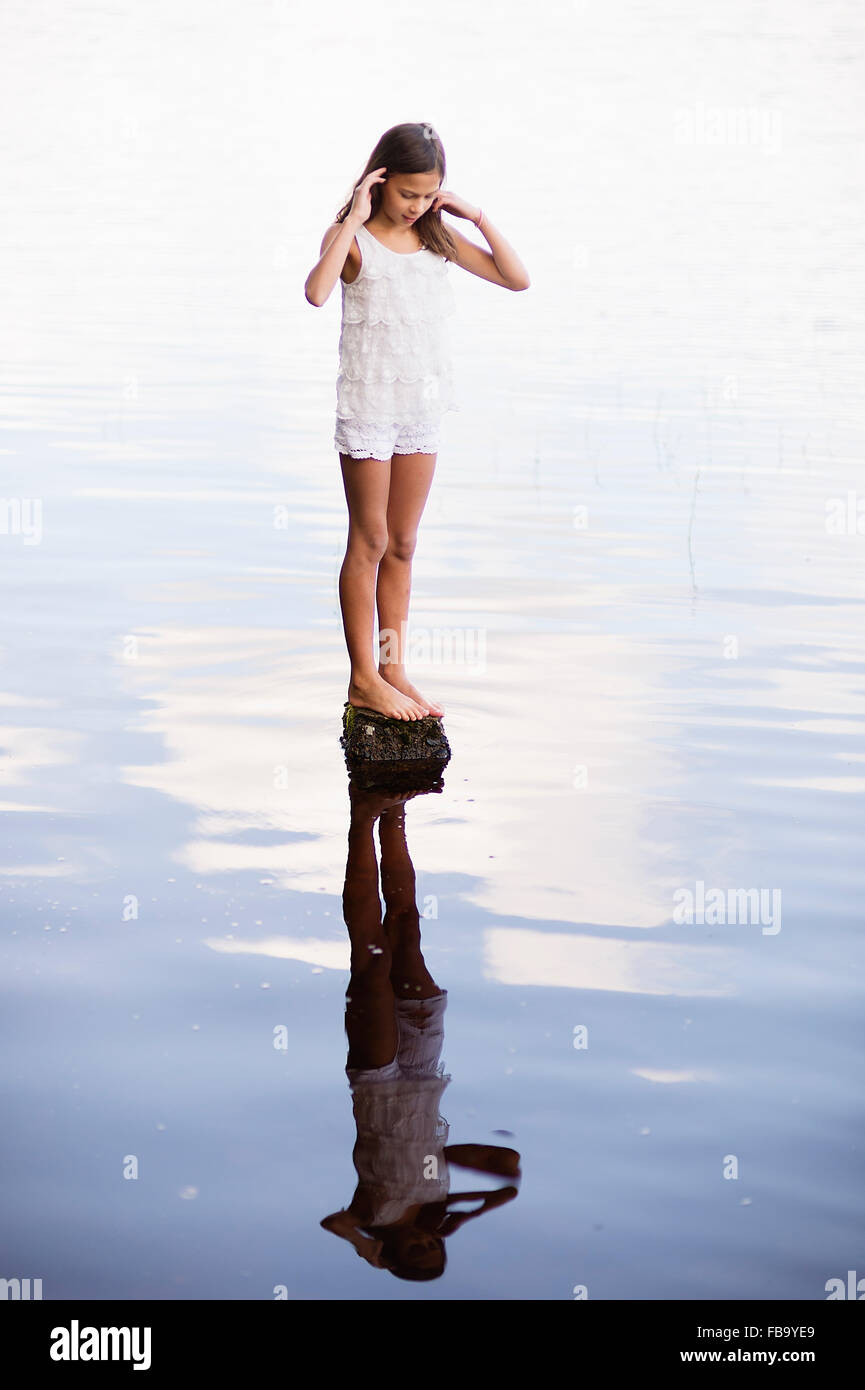 La Suède, Vastmanland, Bergslagen, Svartalven, Girl (8-9) standing on rock in river Photo Stock