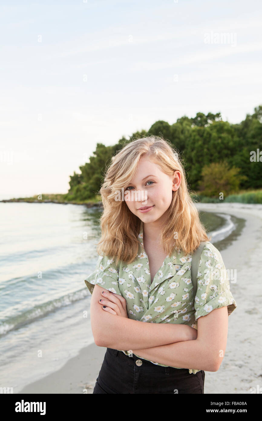 La Suède, Blekinge, Hallevik, Portrait of teenage girl (16-17) standing on beach Photo Stock