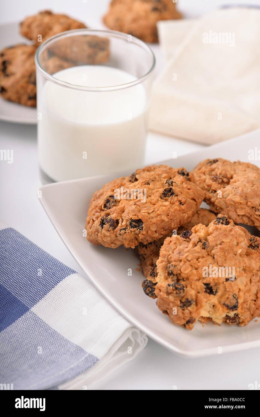 La vie encore de l'avoine et aux raisins cookies et le verre de lait Photo Stock