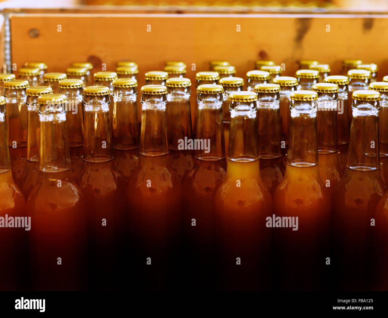 La Suède, avec des bouteilles non étiquetées et tops fermé rempli de lumière liquide brun Photo Stock