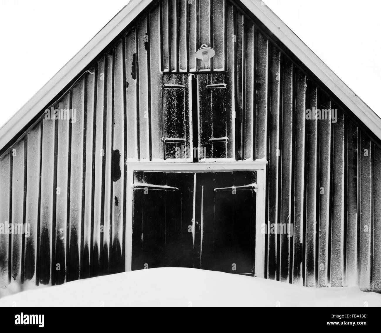 La Suède, l'océan, grange en hiver Photo Stock