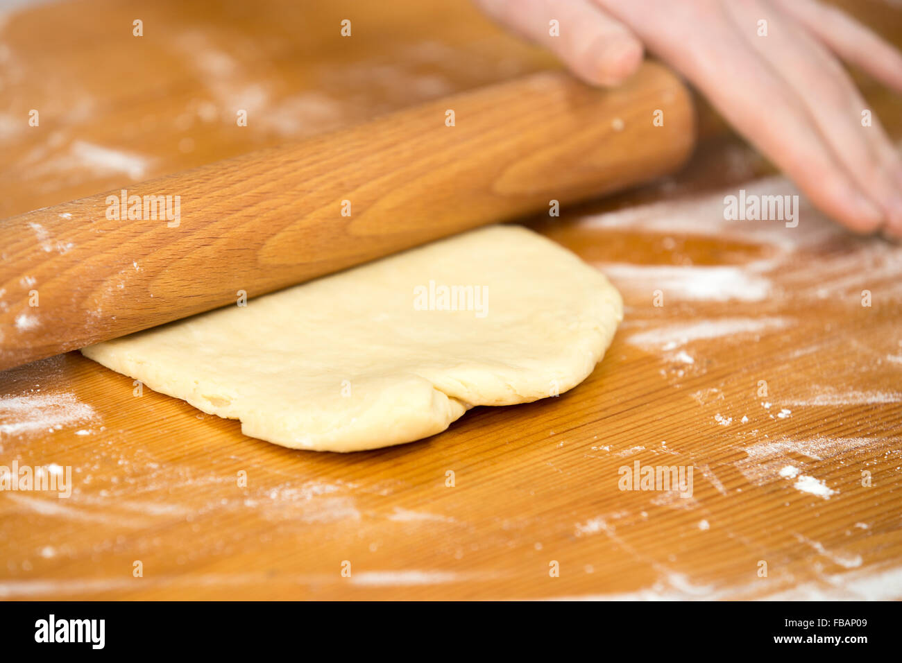 Close up cuisine maison femme mains taler une p te avec for Pate a bois maison