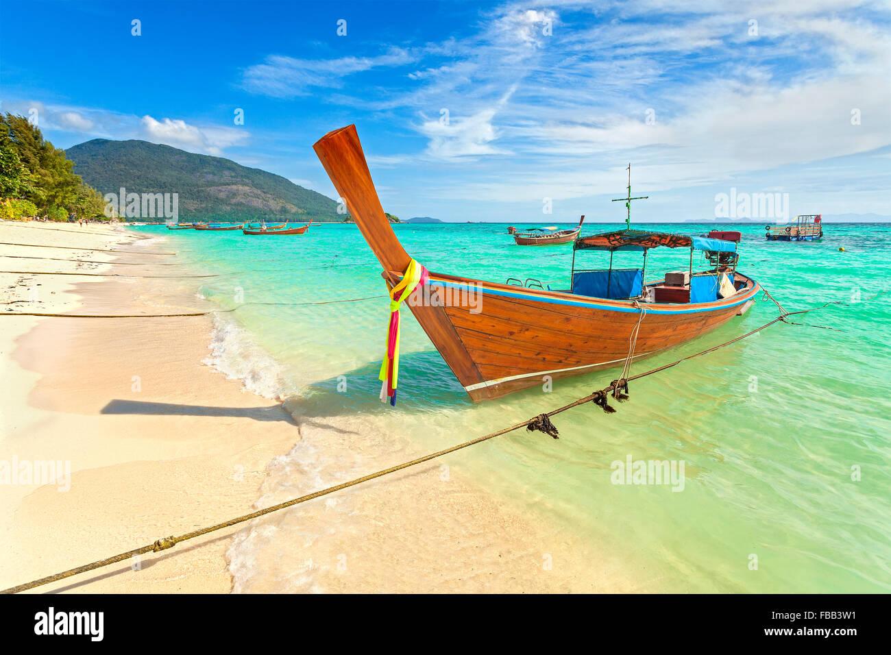Bateau à longue queue une belle plage, la Thaïlande. Banque D'Images