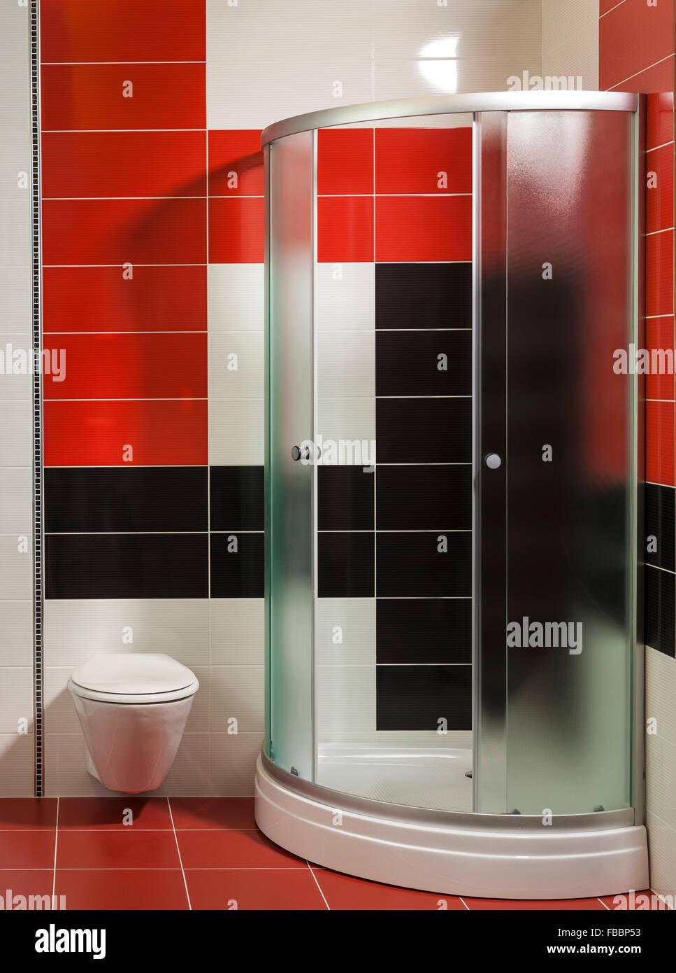 Salle de bains moderne avec douche et carreaux élégant en ...