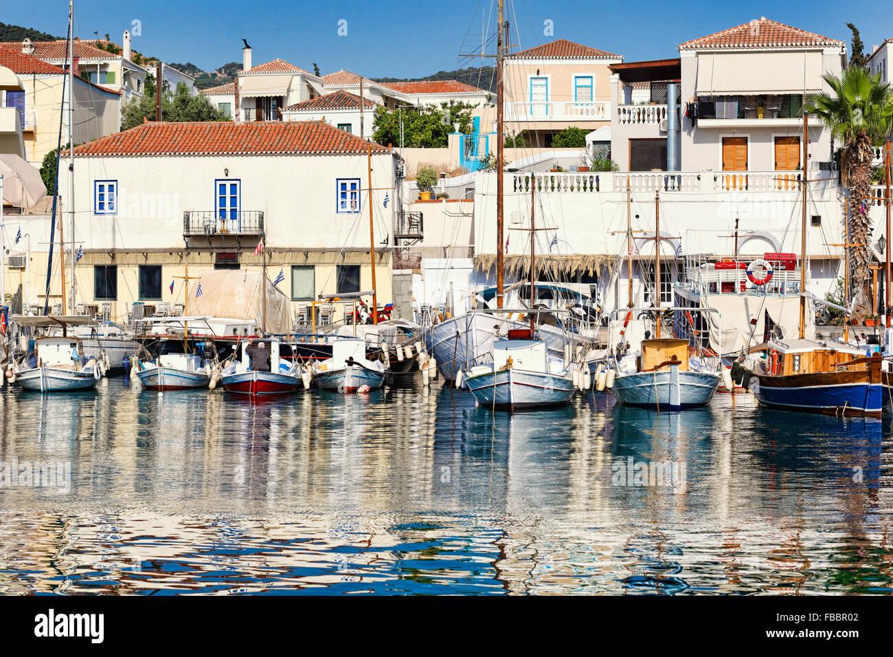 Bateaux dans le vieux port de l'île de Spetses, Grèce Photo Stock