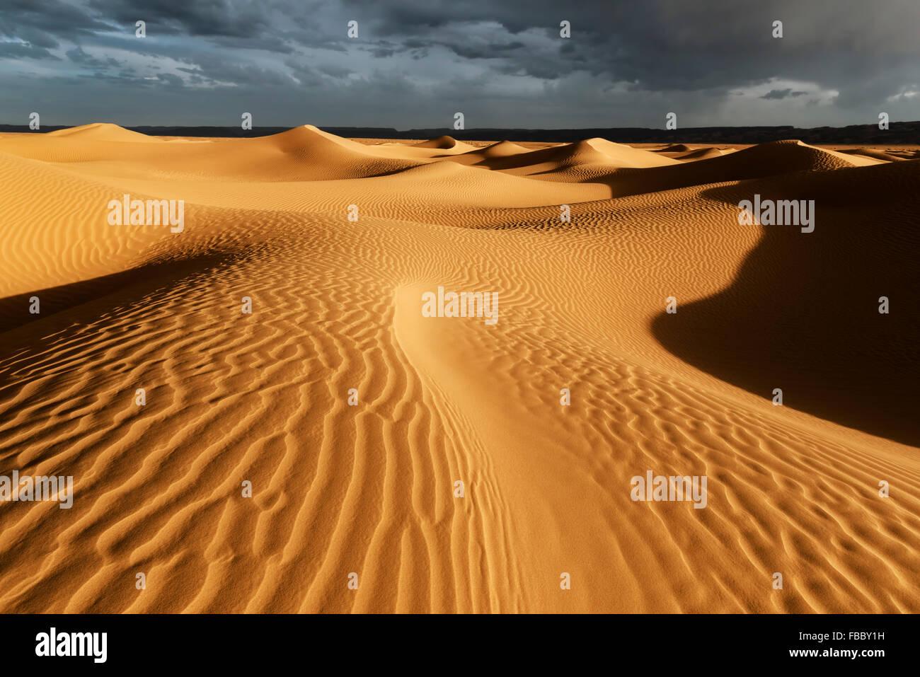 Les dunes de sable du Sahara avec orageux, ciel nuageux, au Maroc. Photo Stock