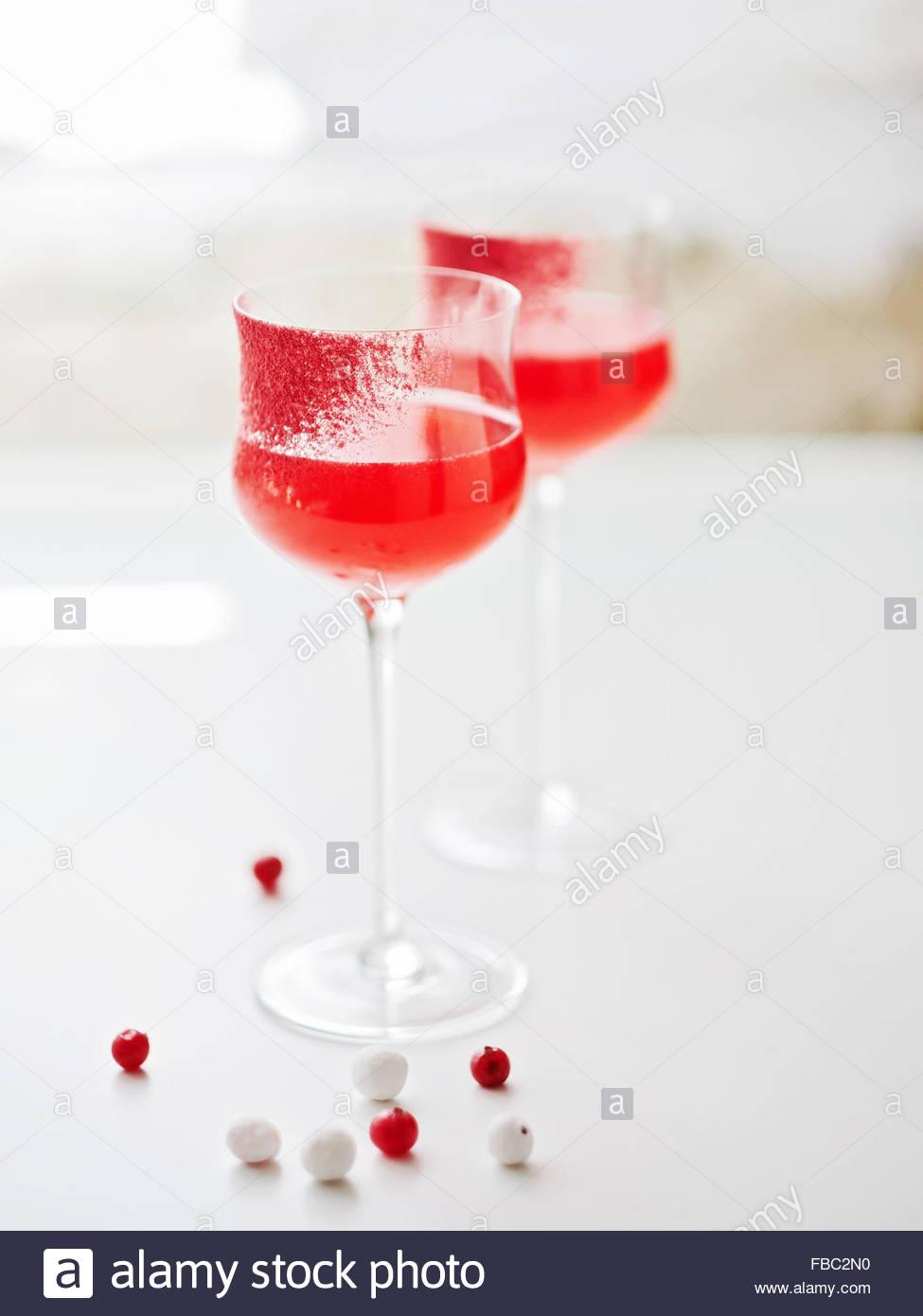 Cocktail servi dans un verre cerclées de canneberge Photo Stock