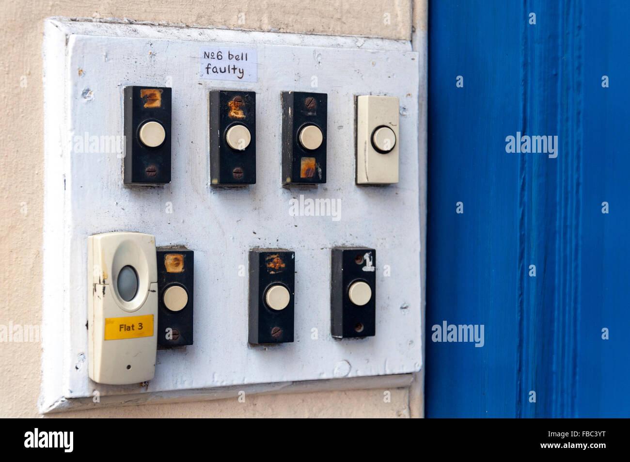 Numéro 6 pousse Bell Bell défaillant sur six appartements appartements entrée de porte Banque D'Images