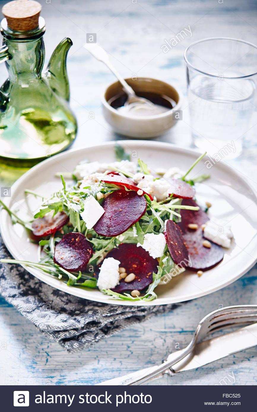 Salade de betteraves rôties avec la roquette, les noix de pin et fromage de chèvre Photo Stock