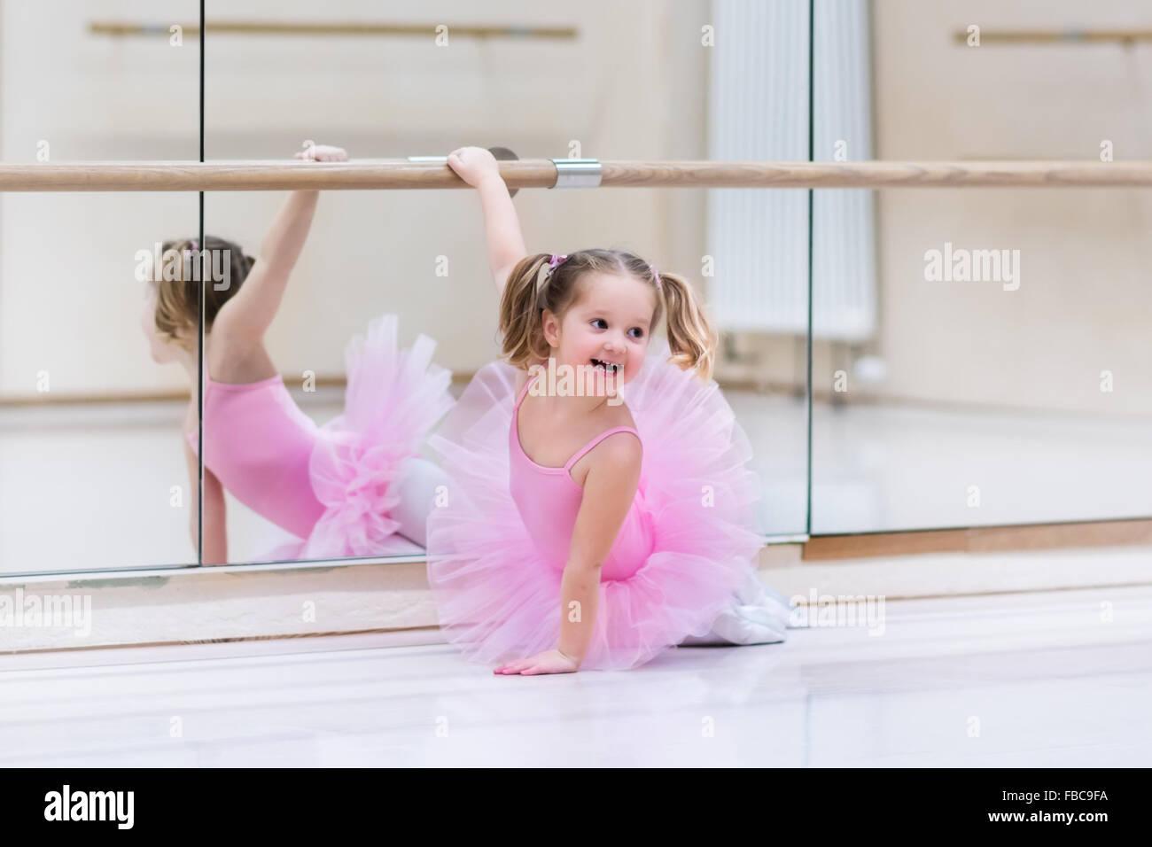 petite fille ballerine dans un tutu rose adorable enfant danse ballet classique dans un livre. Black Bedroom Furniture Sets. Home Design Ideas