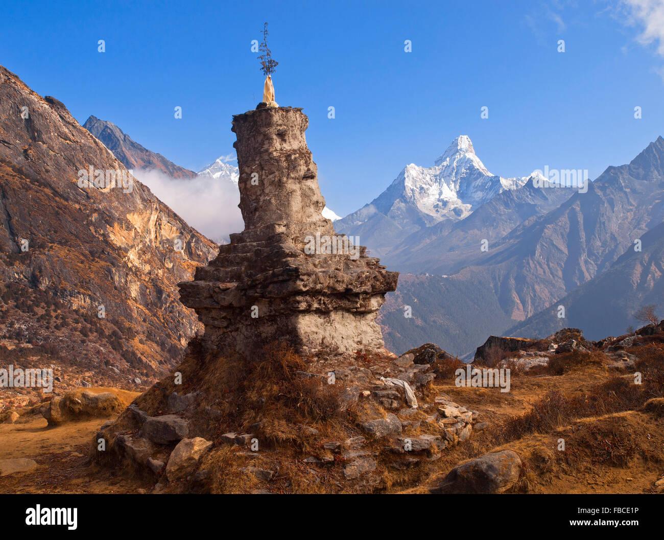 Lieu de culte avec l'Ama Dablam, Himalaya au Népal Photo Stock