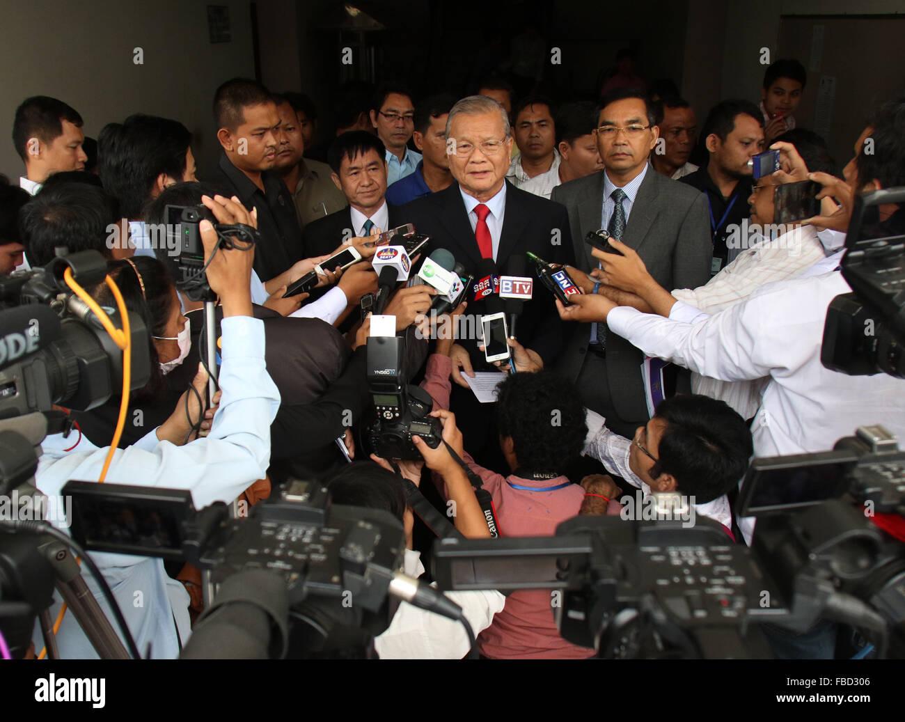 (160115) -- PHNOM PENH, 15 janvier 2016 (Xinhua) -- Sik Bunhok (C), Président de la nouvelle Commission électorale Photo Stock