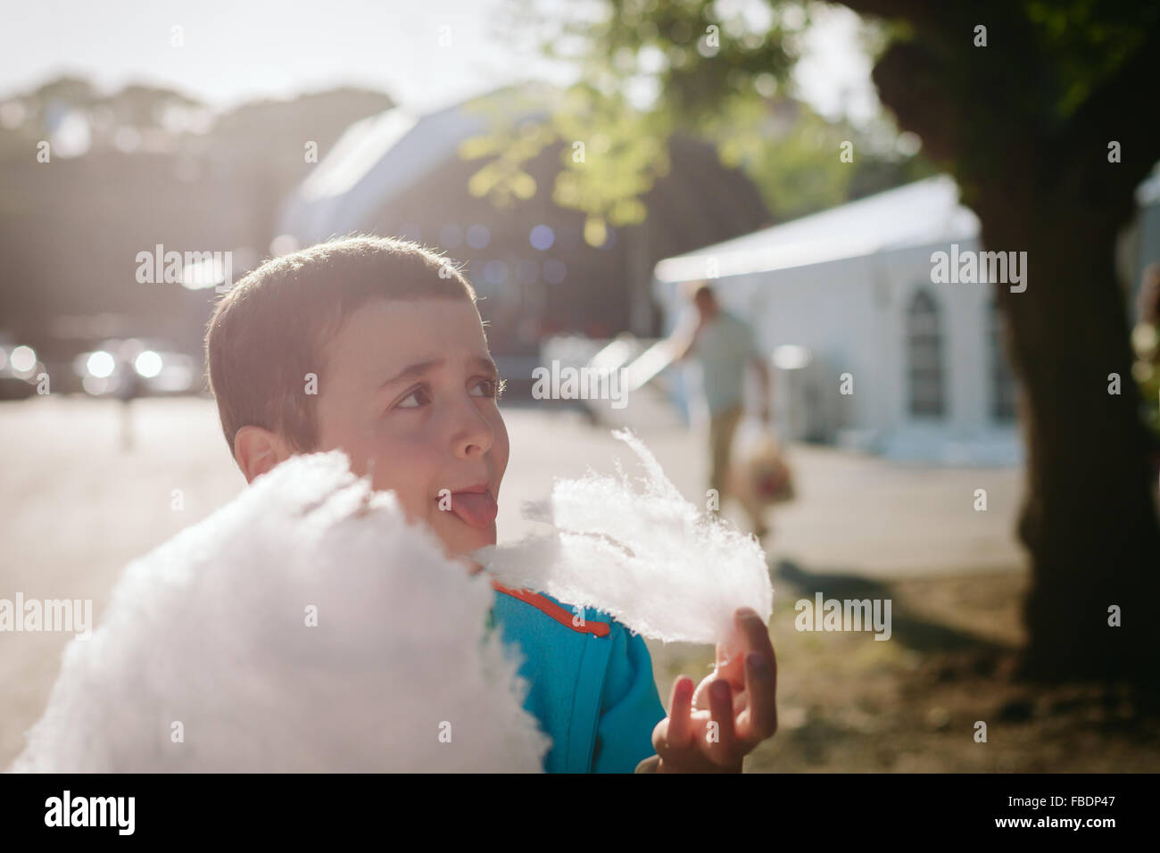 Boy Eating Candy Floss sur Sunny Day Photo Stock