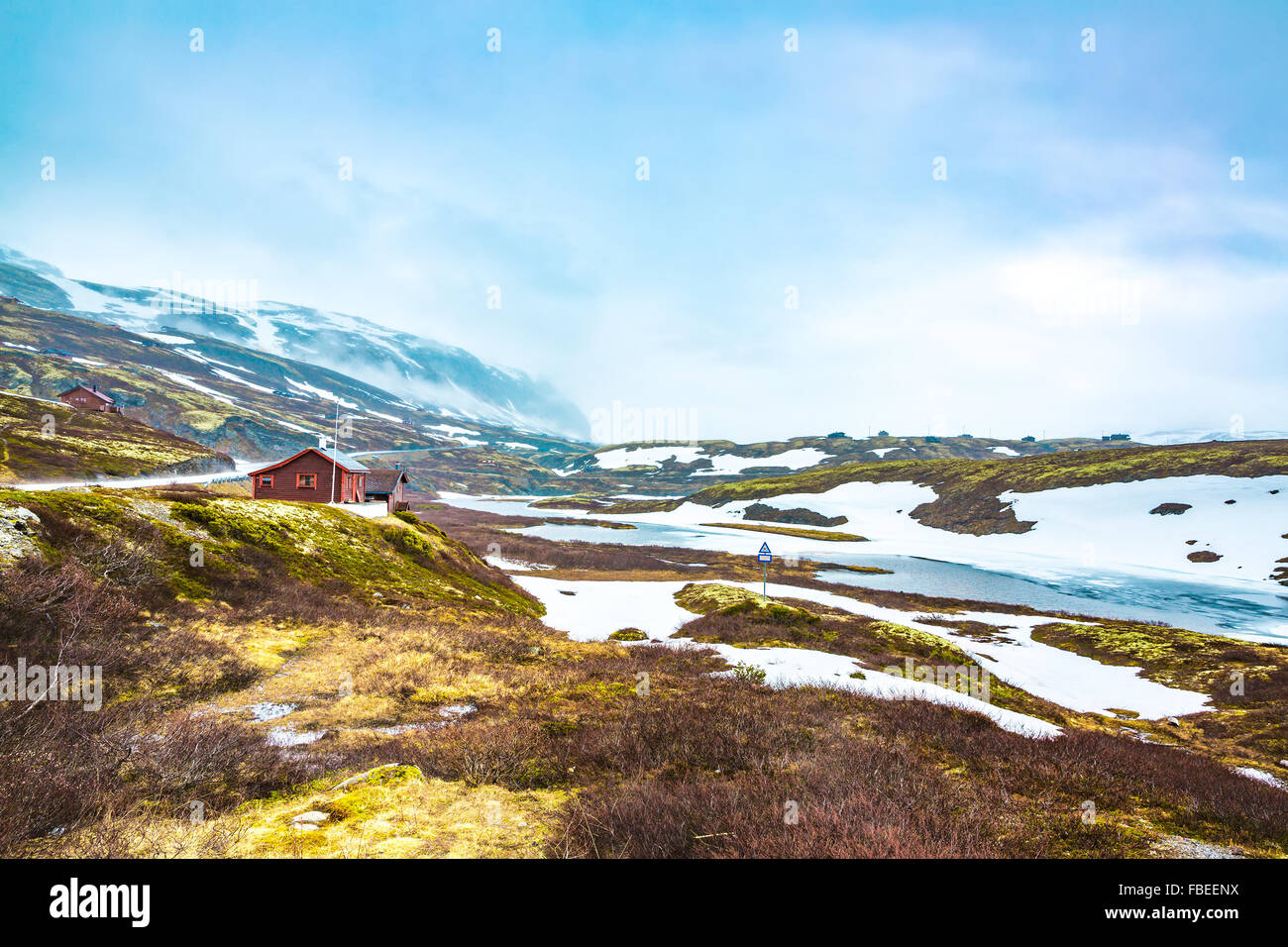 La Norvège paysage, un petit village de mauvais temps tempête de neige et de brouillard dans les montagnes. Photo Stock