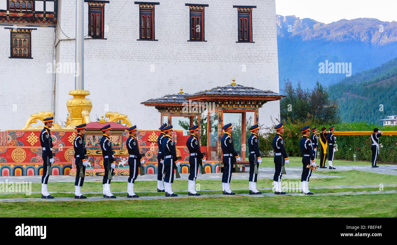 La descente du drapeau de cérémonie au crépuscule à Tashichho Dzong, le siège du pouvoir Photo Stock