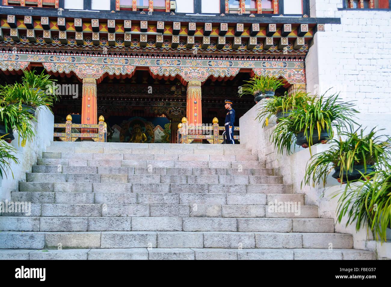 Portail principal et garde armé, le Bhoutan Vue Tashi choe Dzong, Forteresse, centre administratif Photo Stock