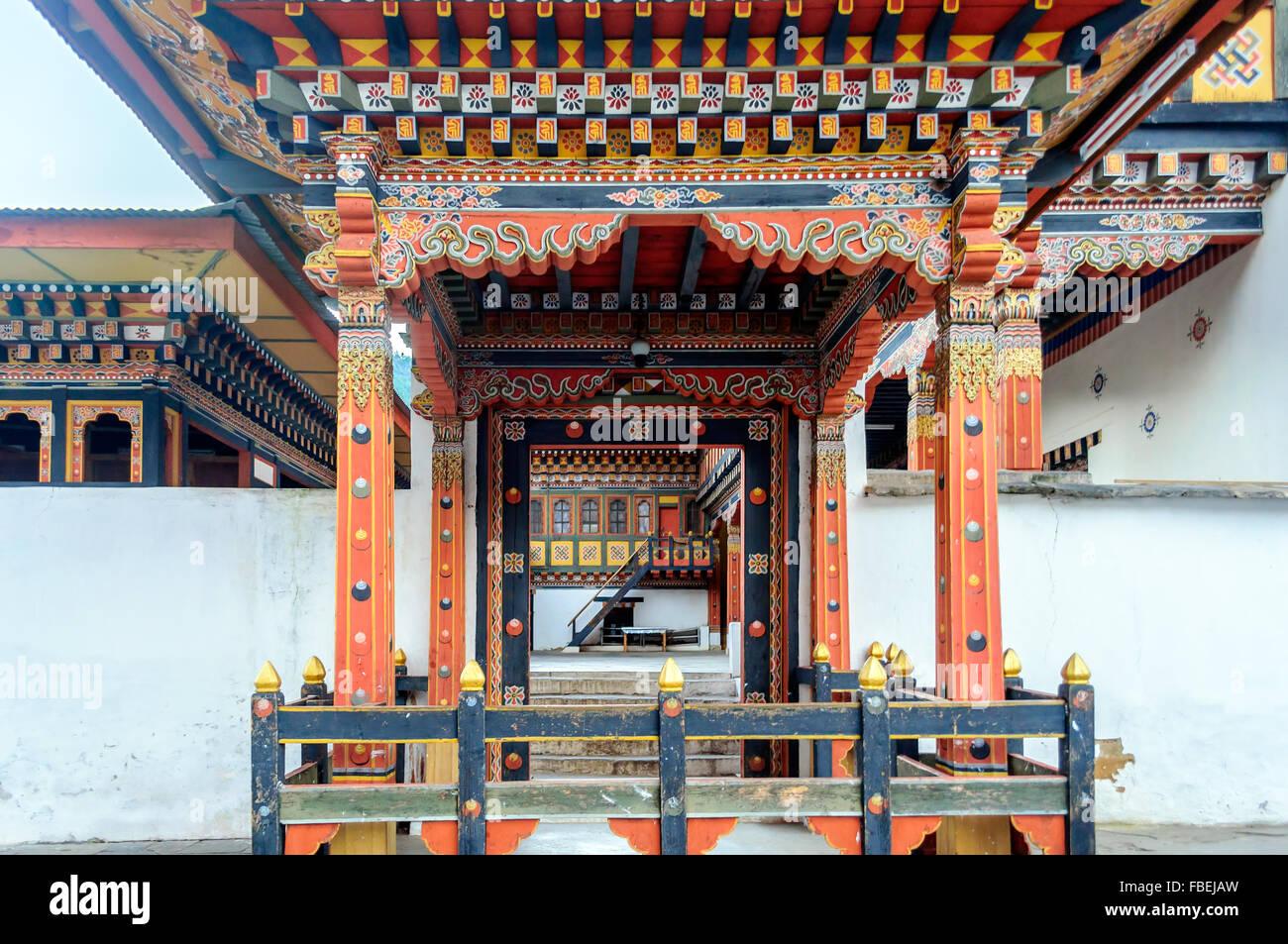 Fenêtre décorative du Bhoutan Vue Tashi choe Dzong, Forteresse, centre administratif with copy space Photo Stock