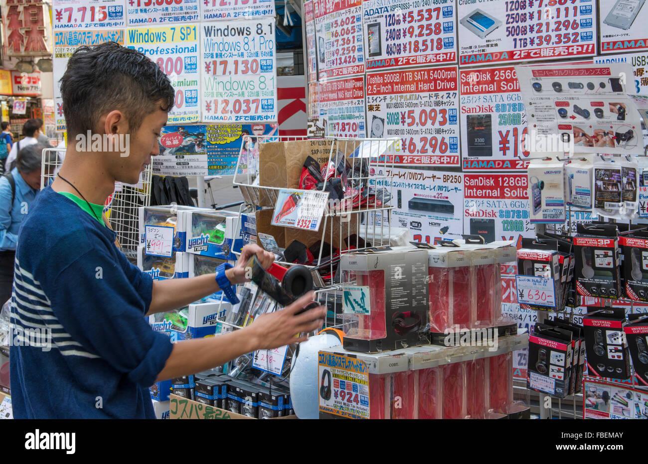 Tokyo Japon high tech moderne zone appelée zone Akihabara homme cherche à acheter les disques durs des Photo Stock