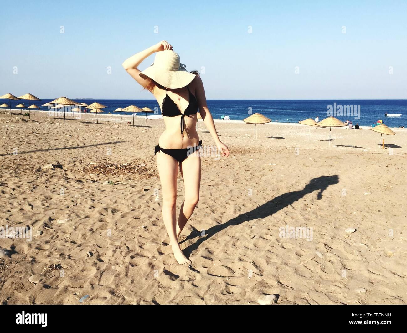 Toute la longueur de Belle Femme en bikini sur la plage en journée ensoleillée Photo Stock