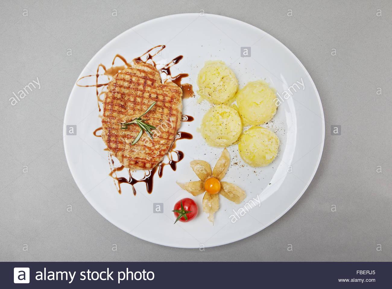 Le steak grillé et purée de pommes de terre délicieux repas Photo Stock