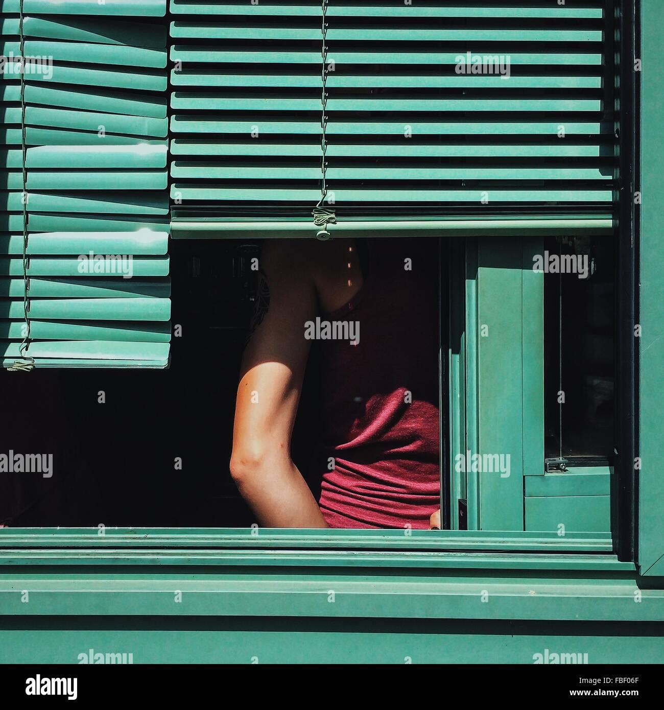 Portrait de l'homme vu par la fenêtre Photo Stock