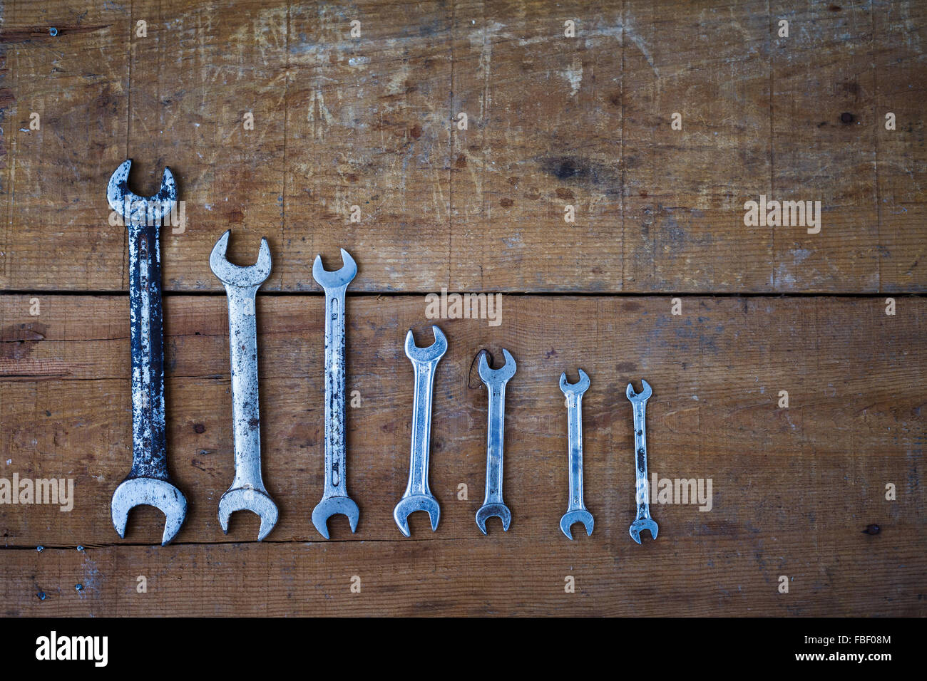 Tourné directement au-dessus de différentes clés sur table en bois Photo Stock