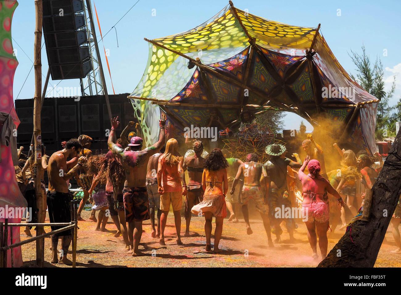 Foule danse au festival de musique électronique à Praia dos Garcez, Bahia, Brésil. Photo Stock