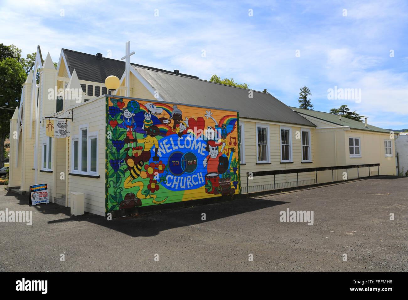 Murale colorée accueille les visiteurs à l'Église, Paeroa Co-Operating Paeroa, Waikato, Nouvelle Photo Stock