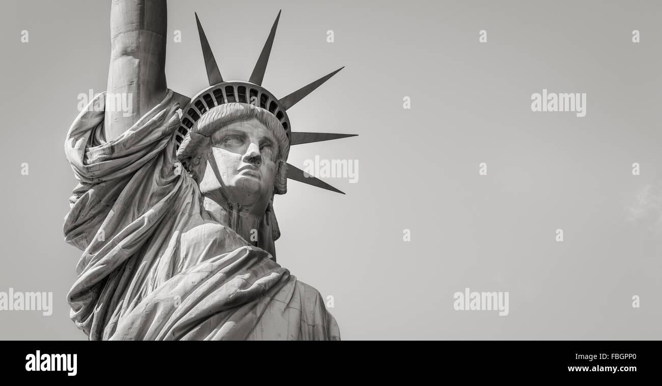 Vue panoramique près de la Statue de la liberté en noir et blanc y compris la couronne, tête et bras. Photo Stock
