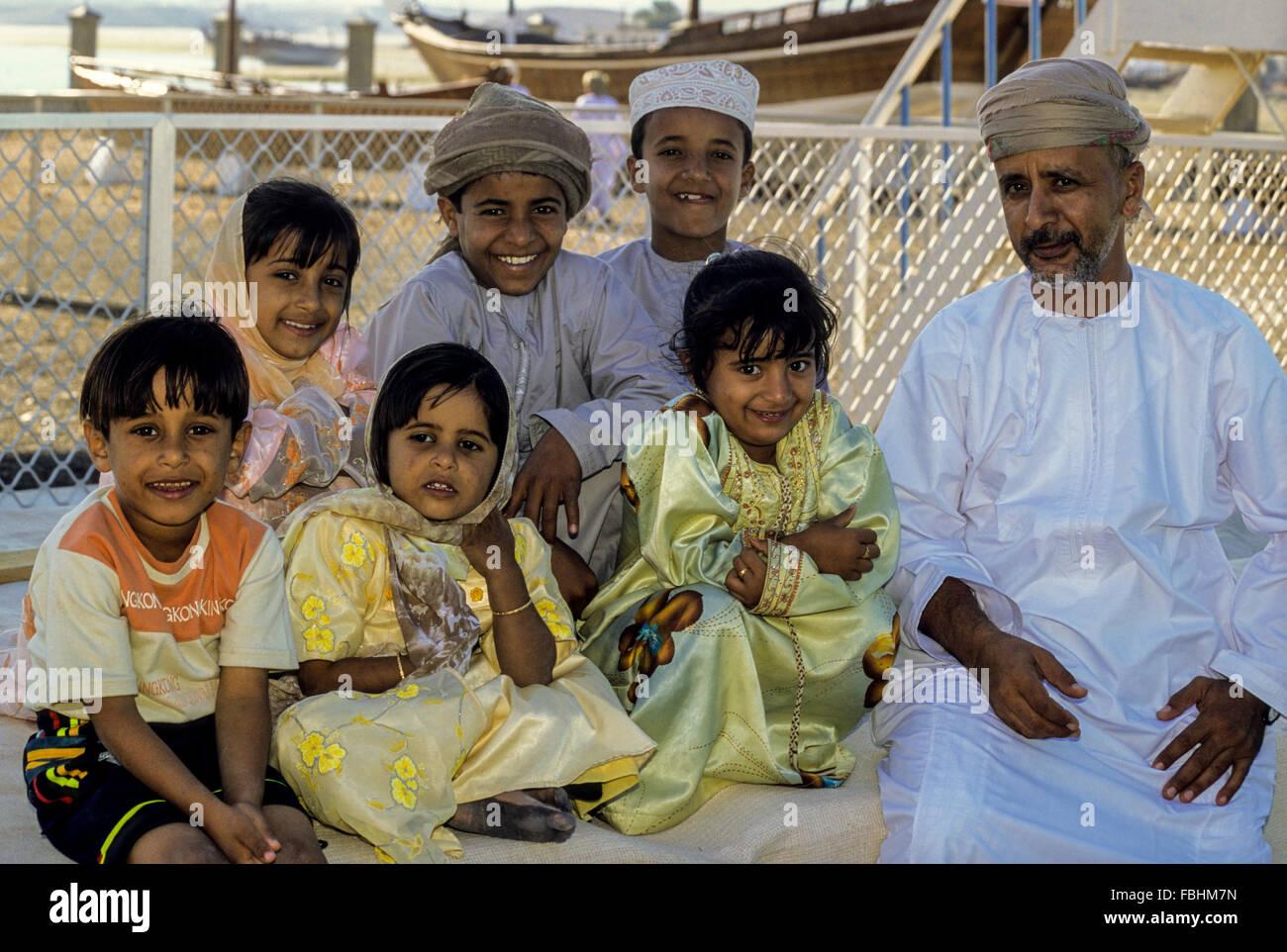 Sur, Oman. Le père et ses enfants. Photo Stock