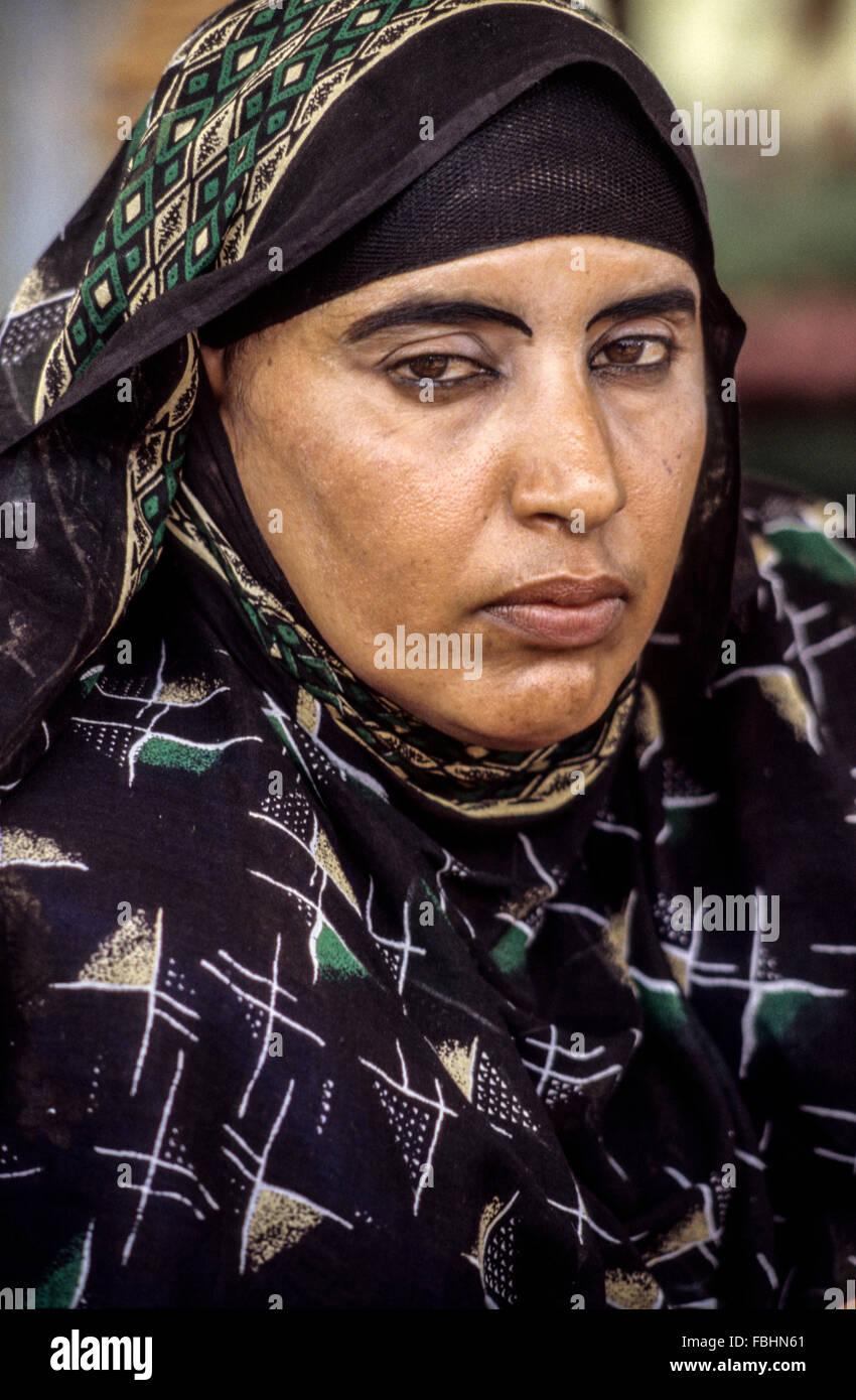 L'Oman. Femme de Masirah portant foulard. Photo Stock