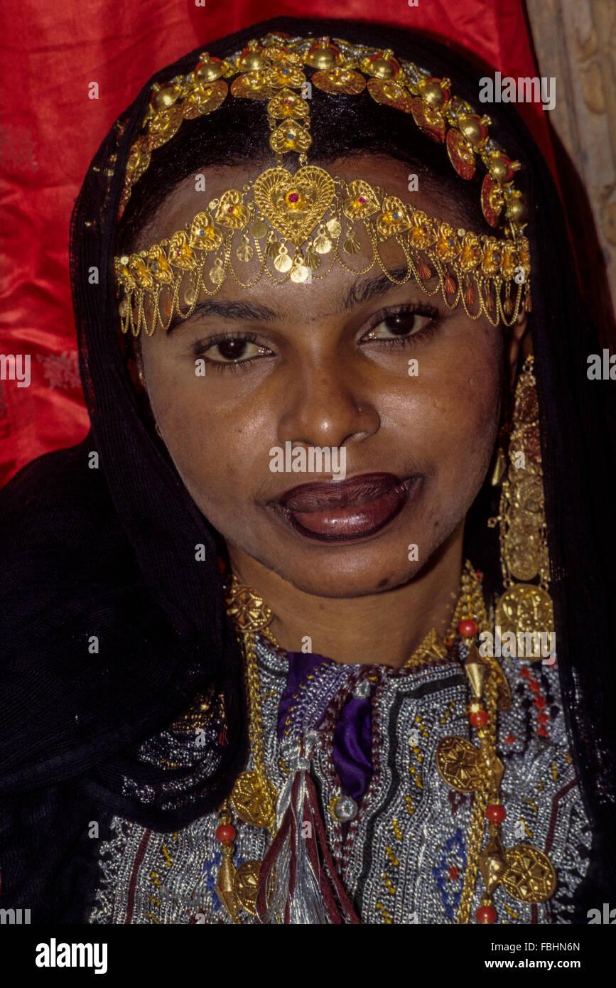 L'Oman. Femme avec coiffe et Bijoux Or Collier. Photo Stock